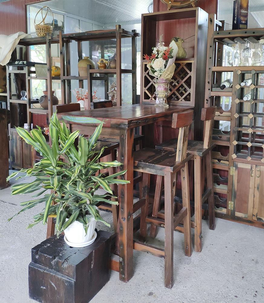 Một quầy bar sân vườn kết hợp tủ rượu được trưng bày tại showroom Đồ gỗ sân vườn EdenWood